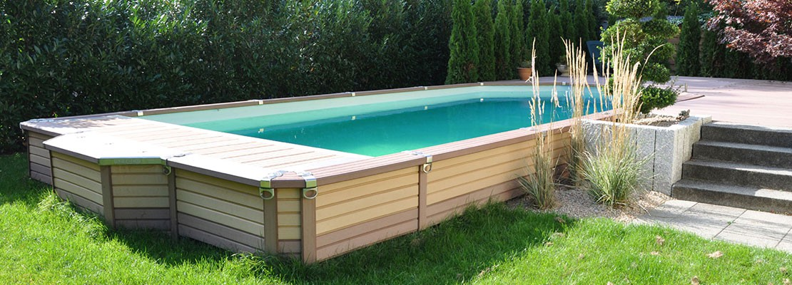 swimmingpool rechteckig pool im hinterhof 18 moderne ideen f r schwimmbecken swimmingpool holz. Black Bedroom Furniture Sets. Home Design Ideas